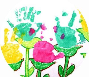 fleurs en empreintes de mains à faire avec les enfants