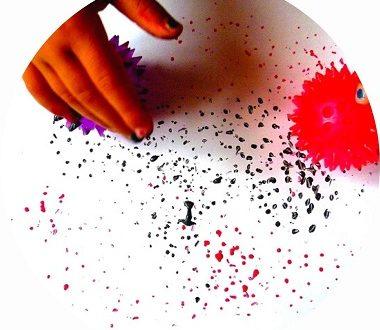 Peindre avec des balles, arts visuels pour enfants