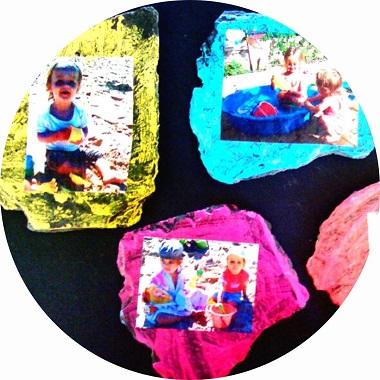Peindre sur une ardoise pour fabriquer un joli cadre avec les enfants