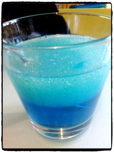 Expérience scientifique avec de l'eau, de l'huile et du liquide vaisselle
