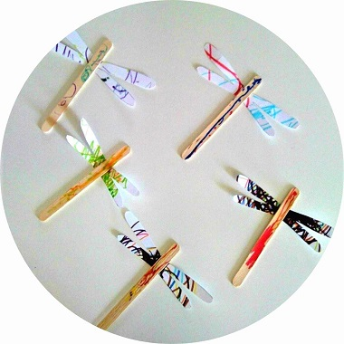Bricolage pour enfants : libellule fabriquée avec des batonnets en bois