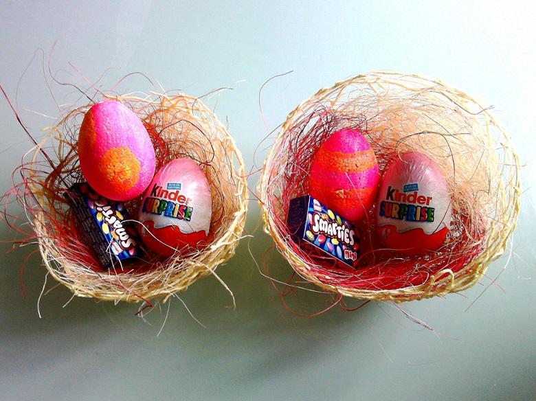 garnissage de nos paniers en laine de Pâques avec du chocolats