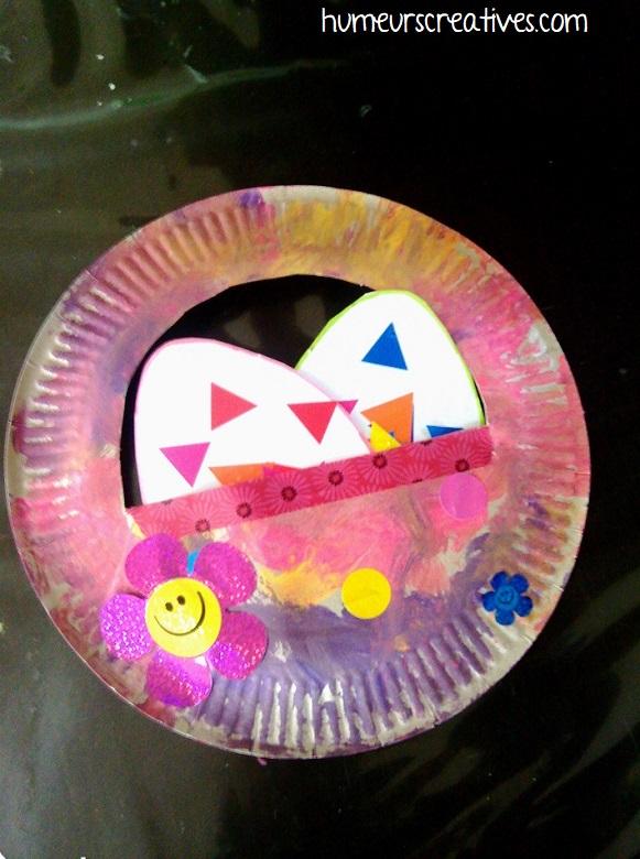 panier de paques décoratif réalisé avec une assiette en carton