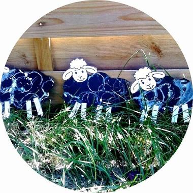 bricolage pour enfants : des moutons réalisés avec de la peinture et un rouleau de papier toilette