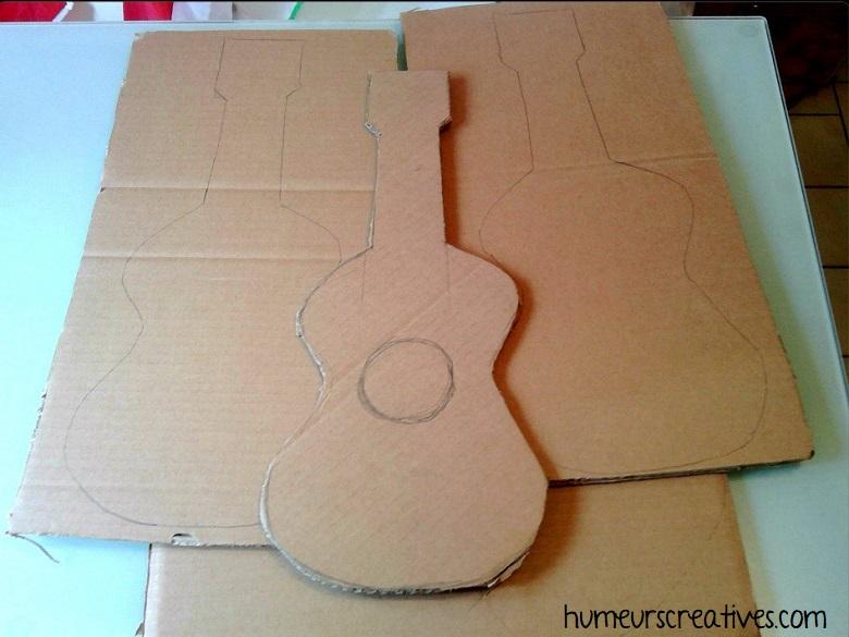 découpage de guitare dans du carton