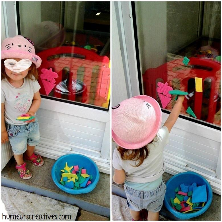 jeux d'eau pour enfants : jouer au tangram avec des éponges et de l'eau