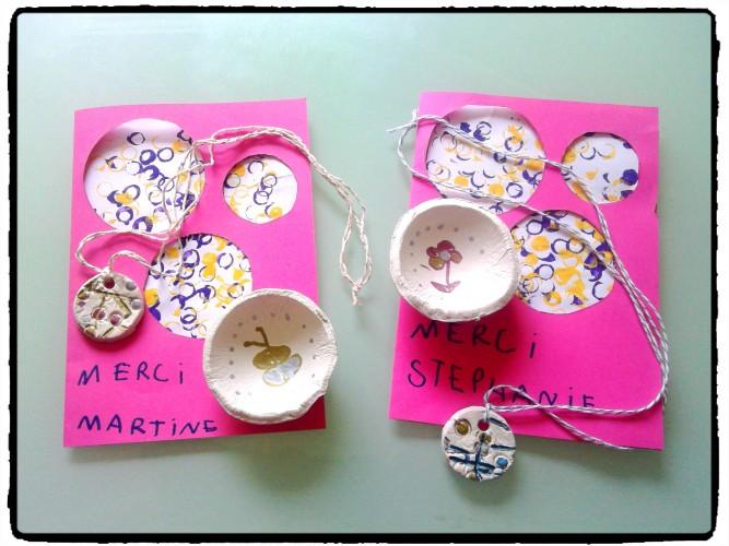 Une coupelle, un collier et une carte : cadeaux de fin d'année pour les maîtresses