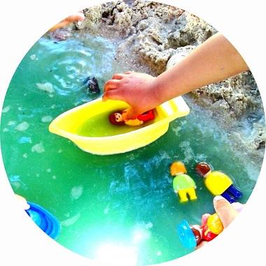 bac sensoriel pour enfants sur le thème de la plage