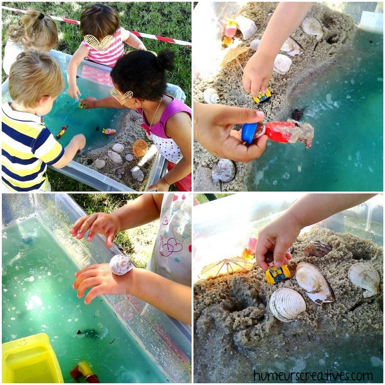 les enfants manipulent et explorent le bac sensoriel sur la plage