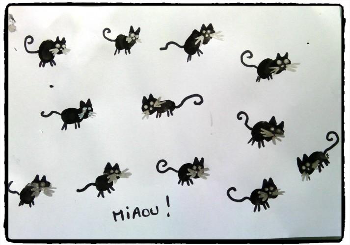 Des petits chats noirs en empreintes de doigts