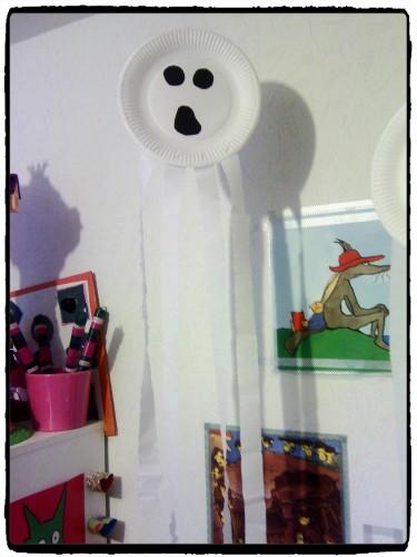 Des fantômes en assiette en carton
