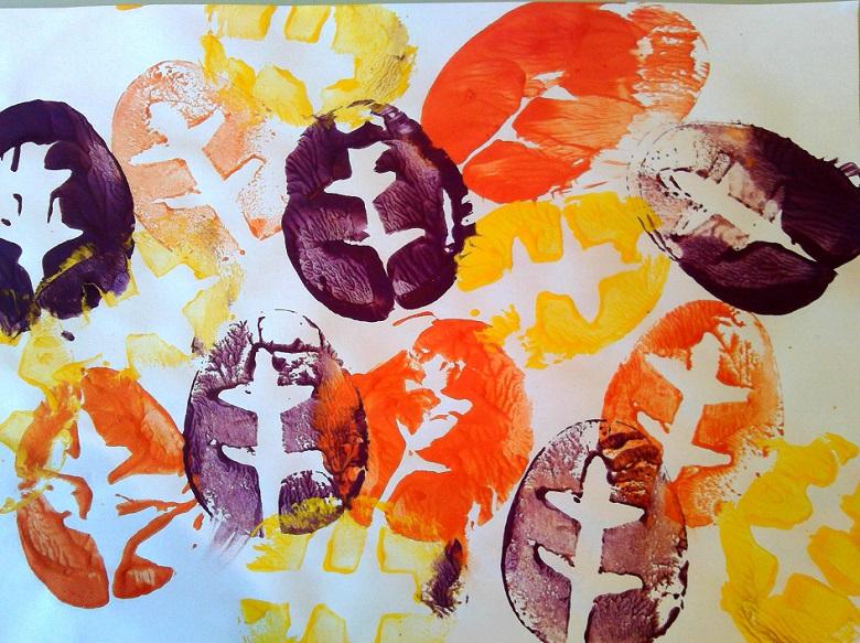 activité d'automne : des feuilles d'arbre réalisées avec empreintes de pomme de terre et peinture