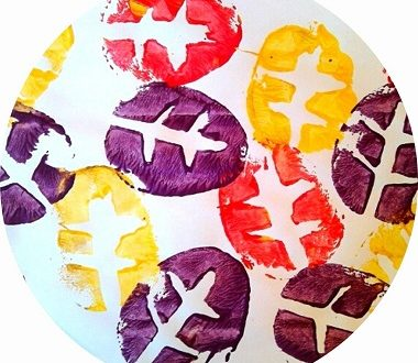 feuilles d'automne en peinture réalisées avec une pomme de terre. Une activité manuelle pour enfants