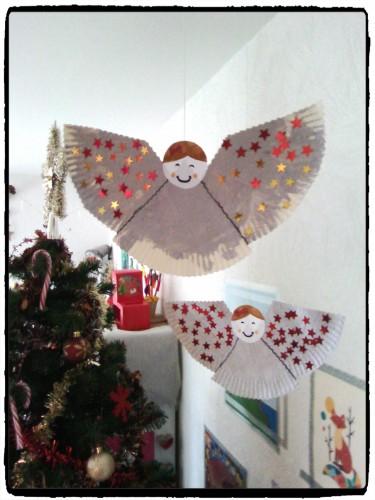 Des anges en assiette à carton à suspendre