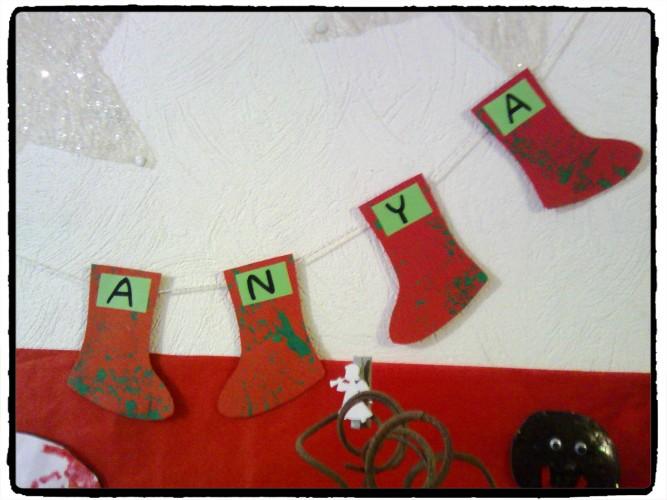 Une guirlande de petits chaussons de Noël