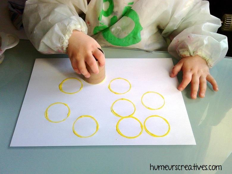 empreinte de ronds avec de la peinture jaune