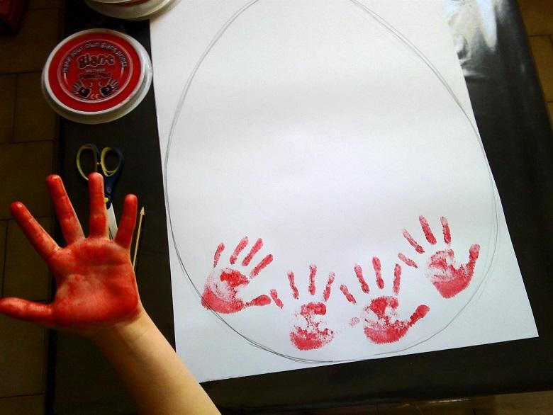 réalisation des empreintes de mains sur l'oeuf de paques