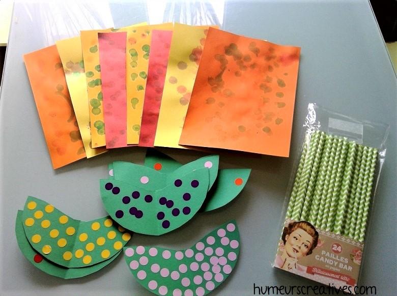 collage de gommettes sur la fleur en papier