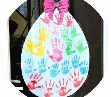 bricolage de Pâques : un oeuf avec empreintes de mains