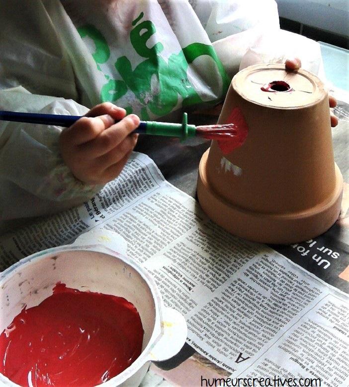 peindre en rouge sur les pots de fleurs