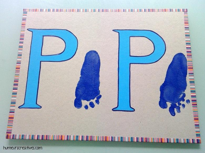 un cadre papa avec les empreintes de pieds de bébé