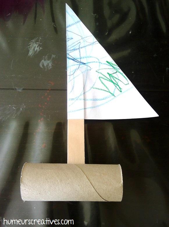 insérer le mat dans un rouleau de papier toilette