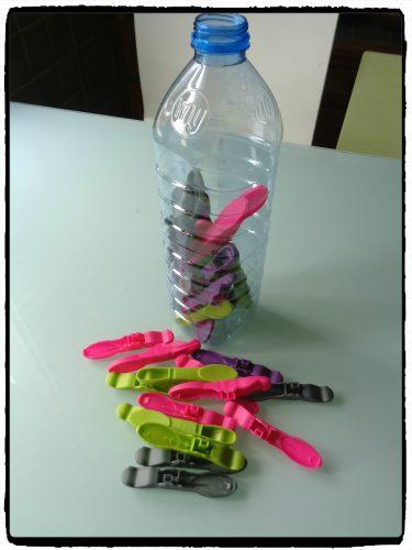 Motricité fine : insérer un objet dans une bouteille