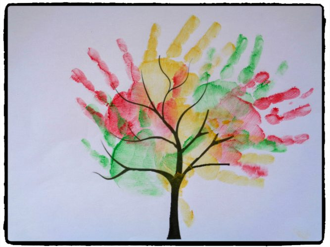 Arbres d'automne en empreintes de mains