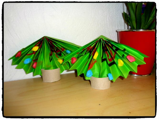 Sapins de Noël en accordéon