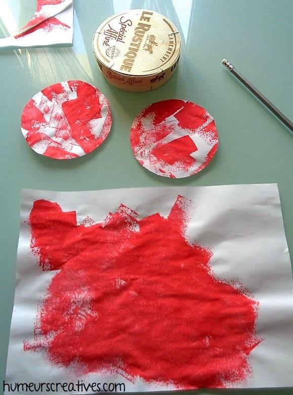 découper des ronds dans des peintures d'enfants