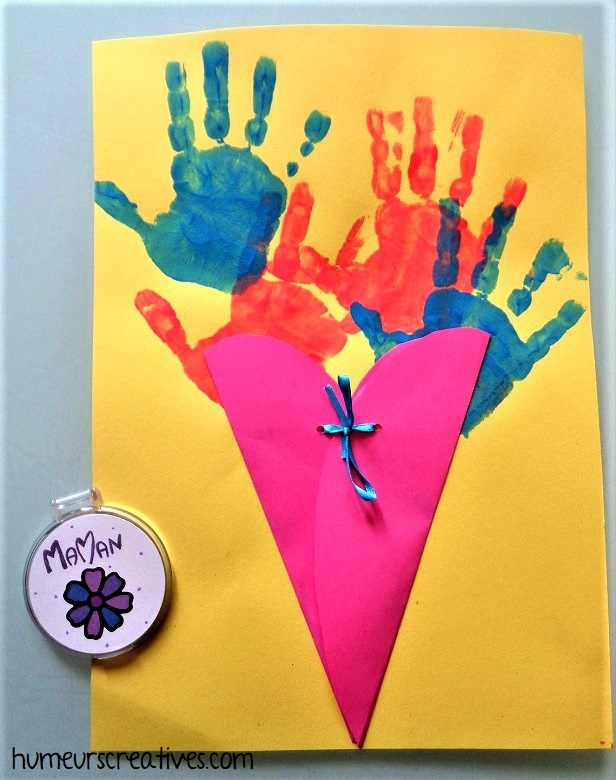 une carte bouquet de fleurs en empreintes de mains réalisée par les enfants