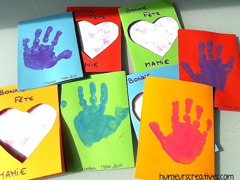 empreinte de la main des enfants sur le dos de la carte