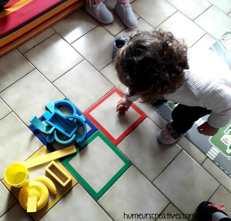 un enfant va chercher un objet de la bonne couleur de la case