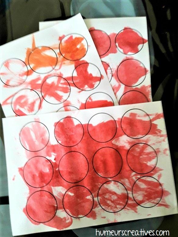 peindre des ronds en rouge pour faire les cerises
