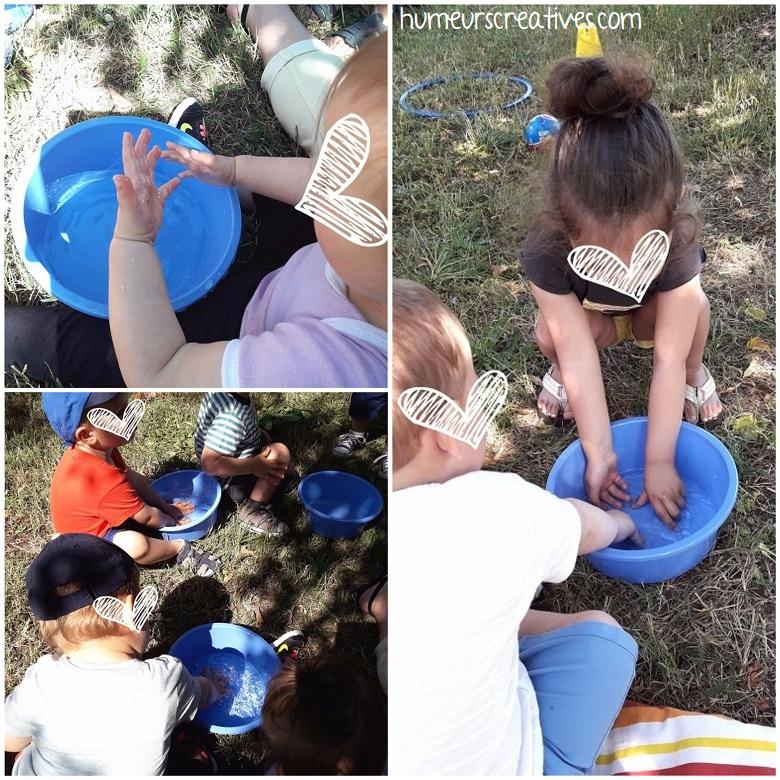 jeux d'eau pour les tout-petits : patouiller avec de l'eau
