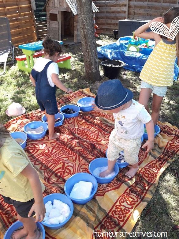 les enfants testent le parcours sensoriel librement