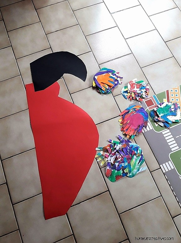 assemblage des morceaux du perroquet à plusieurs mains