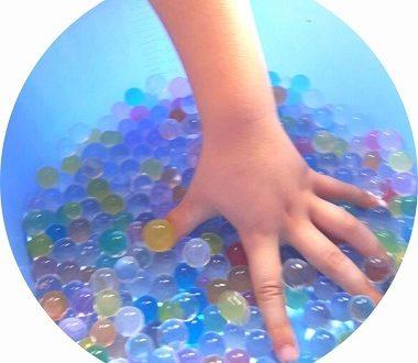 Activité perles d'eau pour enfants : découverte sensorielle et motricité fine