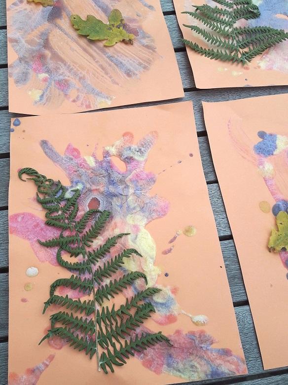 tableau d'automne en puff paint avec collage d'une fougère