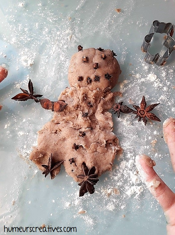un bonhomme de neige réalisé avec la pâte à modeler aux épices de Noël