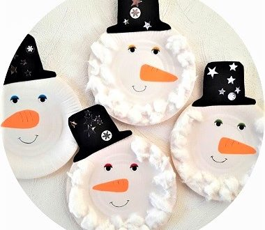 Fabriquer un bonhomme de neige avec une assiette en carton