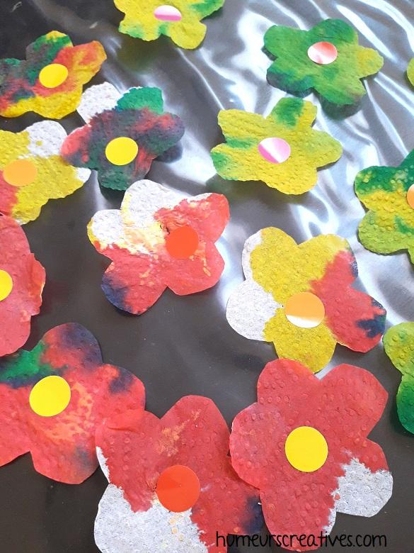 réalisation de fleurs de printemps réalisées avec du papier essuie tout et de l'encre