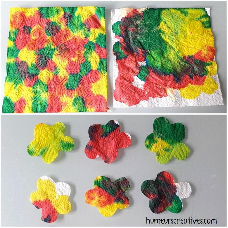 découper des fleurs dans le papier essuie tout rempli d'encre