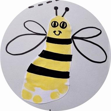 Bricolage pour enfants : abeille en empreinte de pied