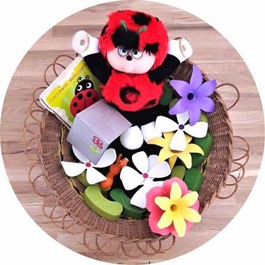 Idées de paniers à trésors sur le thème du printemps / activité sensorielle pour bébé