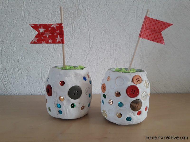 pot décoré avec de la pate autodurcissante et des boutons