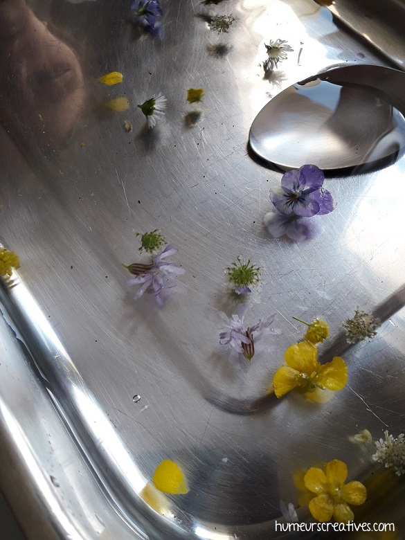 les enfants récupèrent les fleurs avec une cuillère