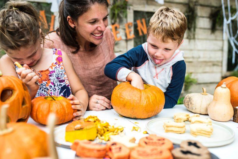famille qui réalise des citrouilles pour halloween