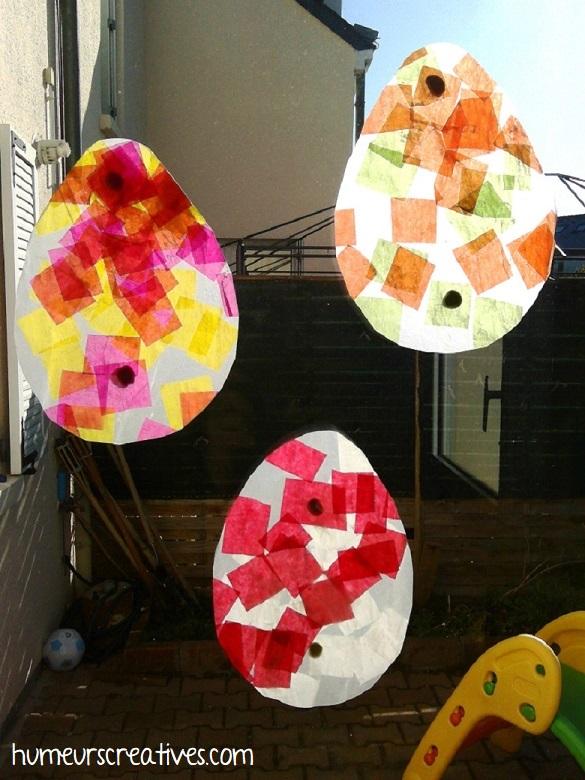 attrapes soleil oeufs de paques accorchés sur les fenêtres