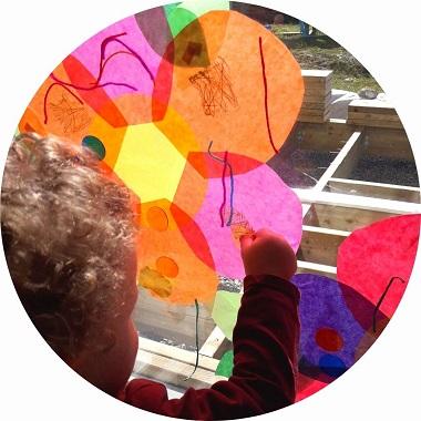 activité créative pour enfants : réaliser des attrapes soleil en forme de fleurs